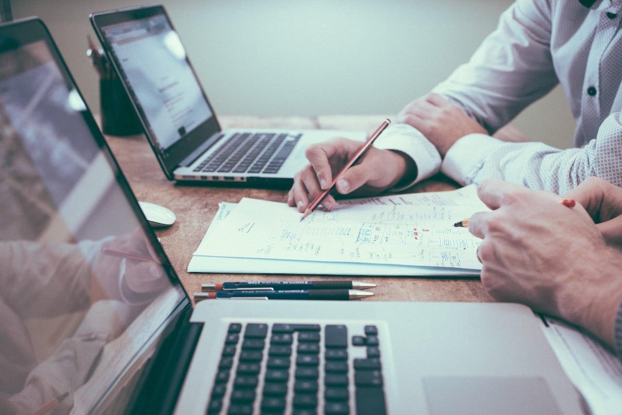 Freelance customer insights manager begeleidt een focusgroep rond merkwaarden