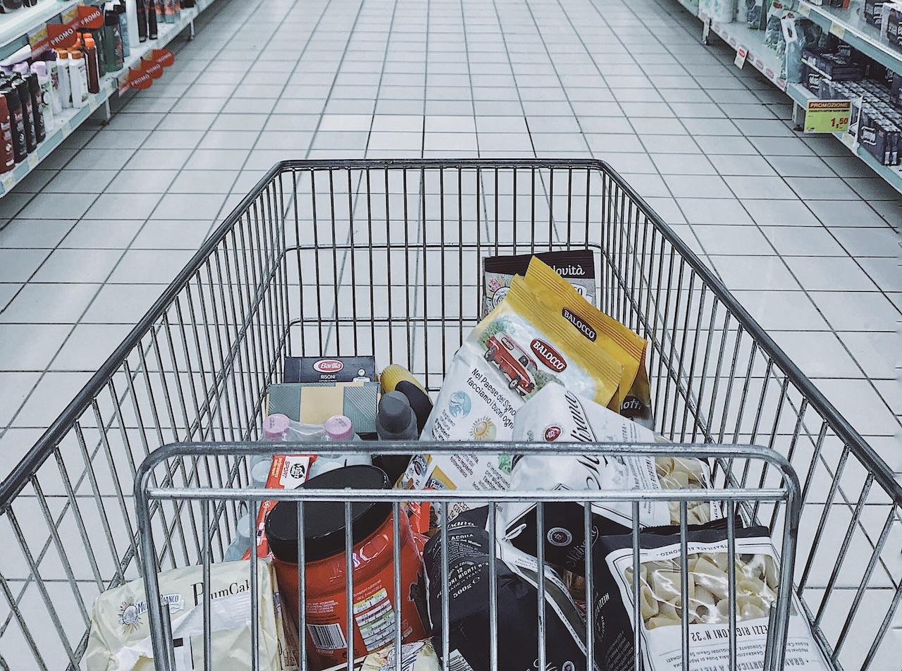 Winkelkar met producten in de supermarkt